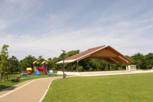 万葉公園_太陽の広場休憩所と遊具
